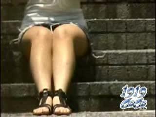 【パンチラ盗撮動画】携帯チェックしてる可愛いギャルの股間に視線を向けると太腿の隙間からパンティが見えている