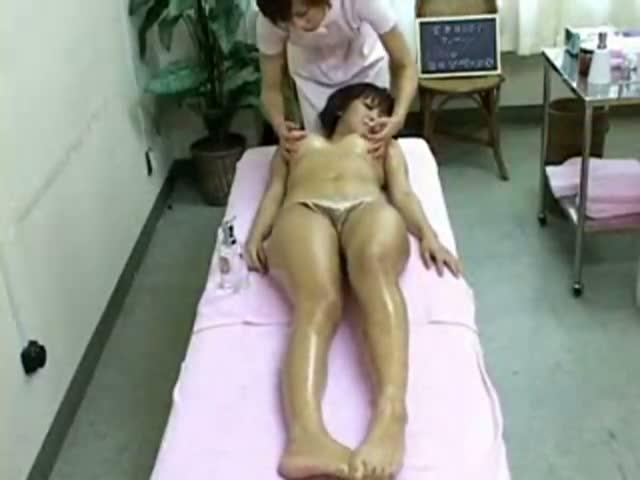 オイルエステでレズマッサージ師のストレート過ぎる乳首責めと手マンに感じ...