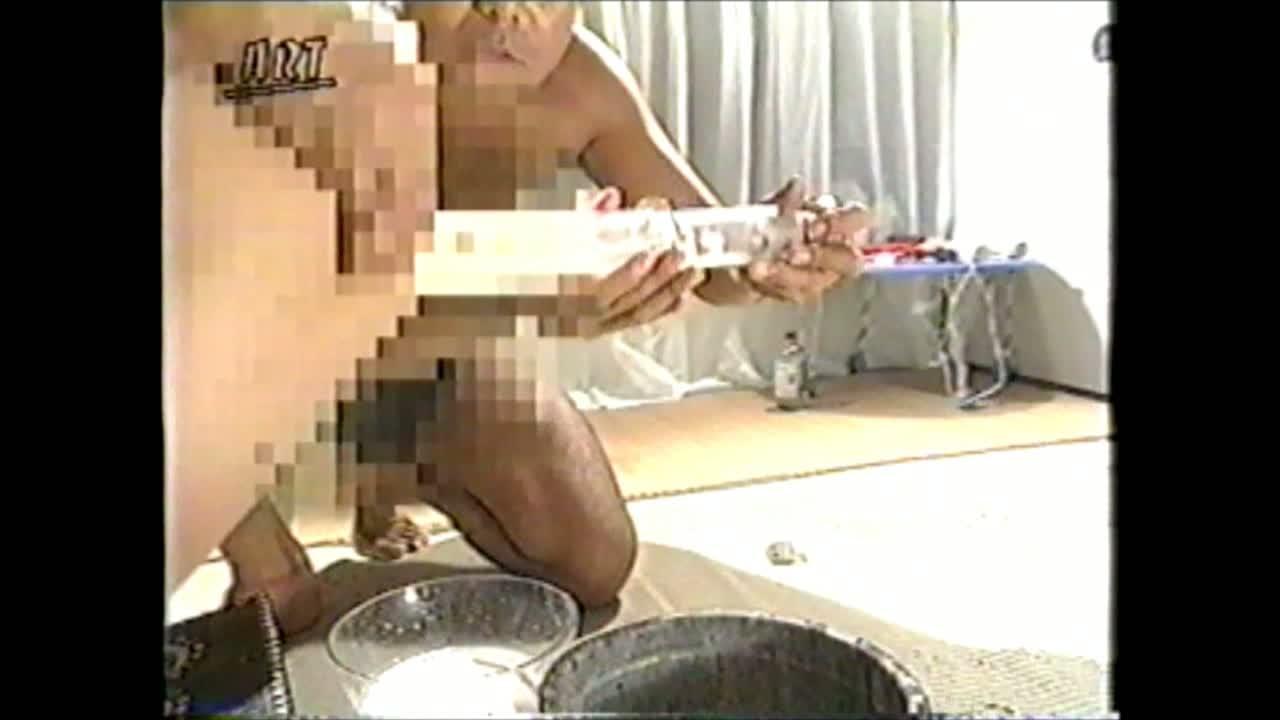 緊縛されお尻を突き出したお姉さんを鞭でスパンキングし、蝋燭を垂らしながら大量浣腸する鬼畜調教。